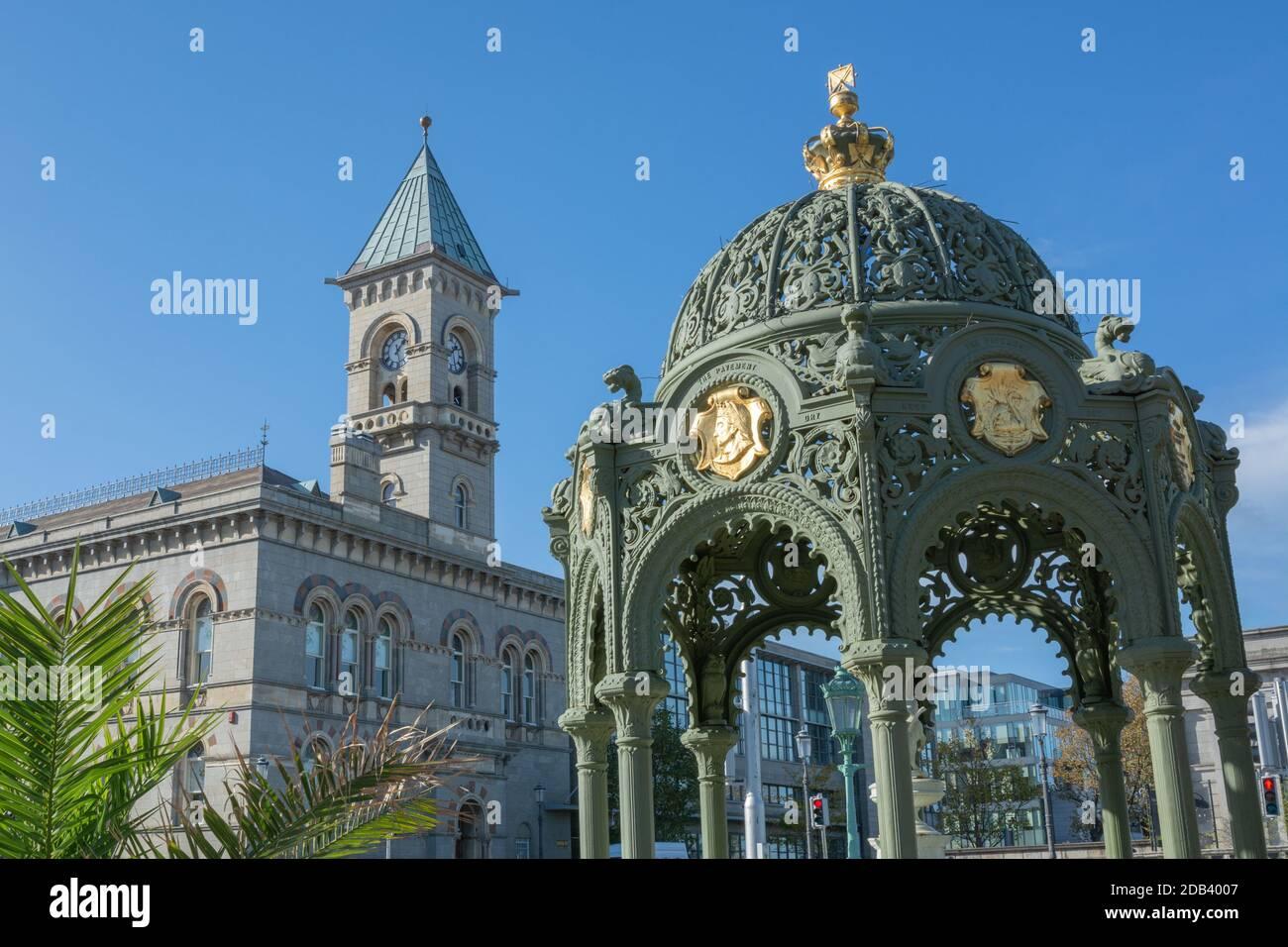 Fuente de la Reina Victoria con el ayuntamiento en Dun Laoghaire en el condado de Dublín, Irlanda Foto de stock