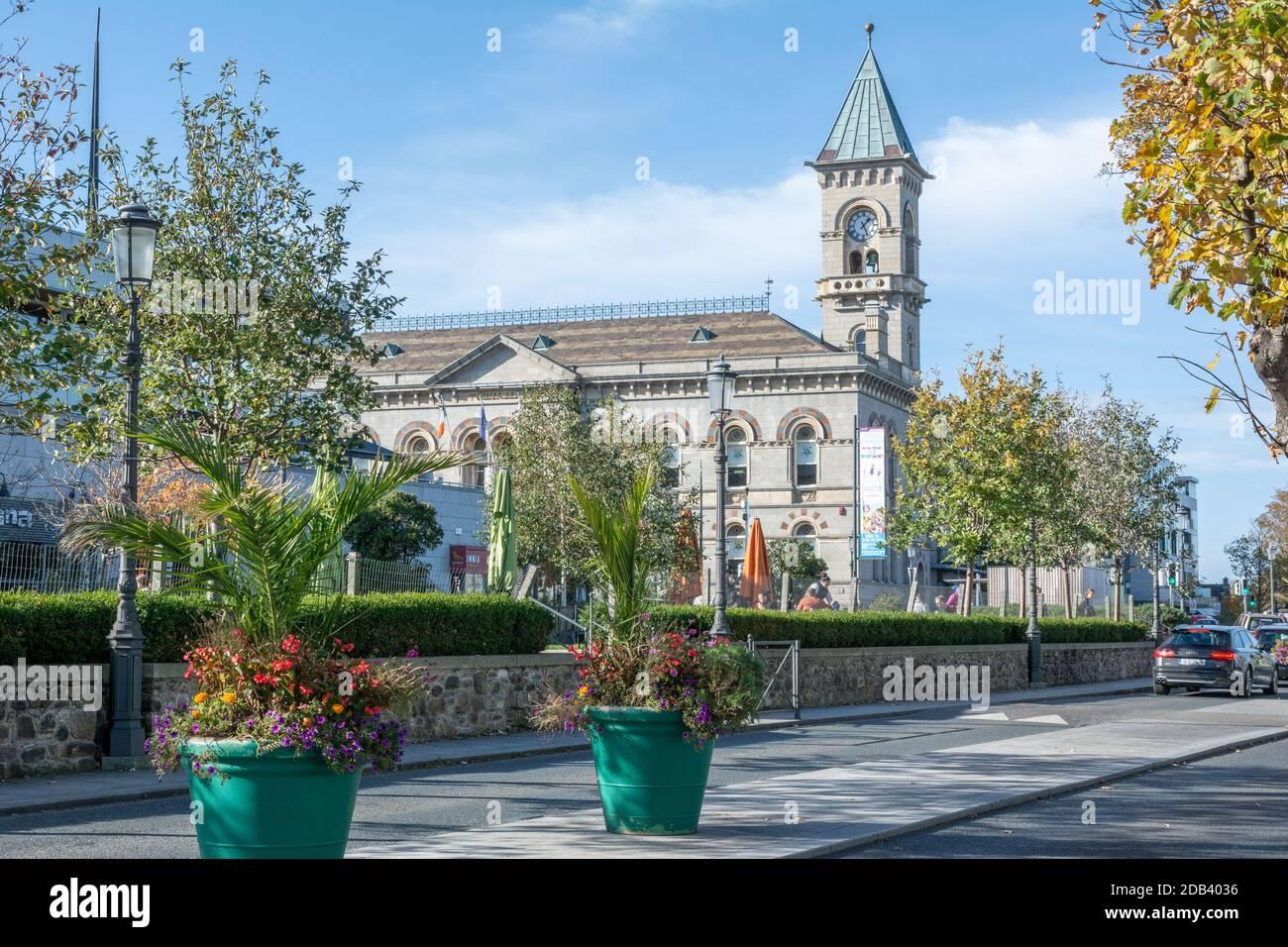 Ayuntamiento con torre de reloj en Dun Laoghaire en el condado de Dublín, Irlanda Foto de stock