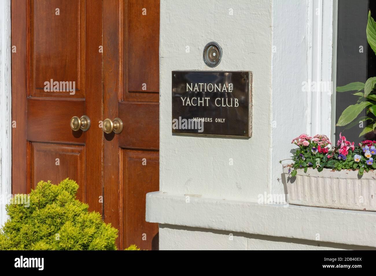 Placa de latón en la entrada al Club Náutico Nacional en Dun Laoghaire en el Condado de Dublín, Irlanda Foto de stock