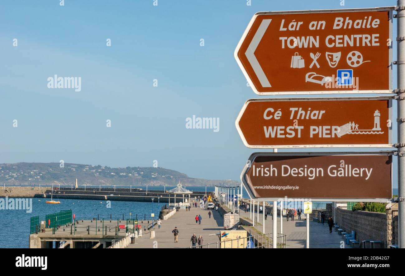 Vista del muelle este y cartel de cosas que hacer en Dun Laoghaire en el condado de Dublín, Irlanda Foto de stock