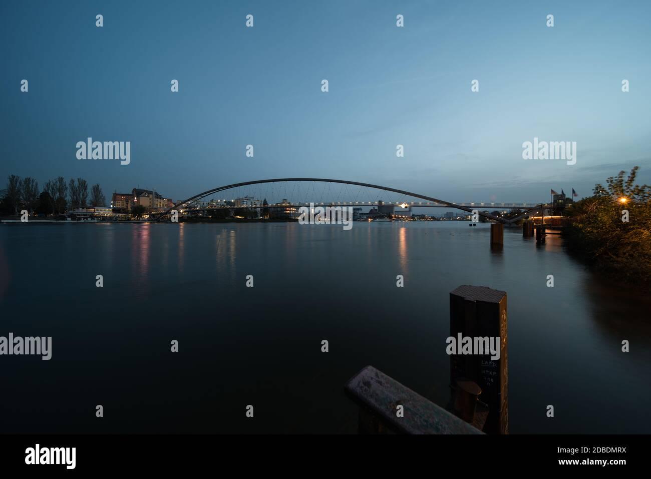 puente entre alemania y francia por la noche, es el puente de tres países cerca de weil en el rin. Foto de stock