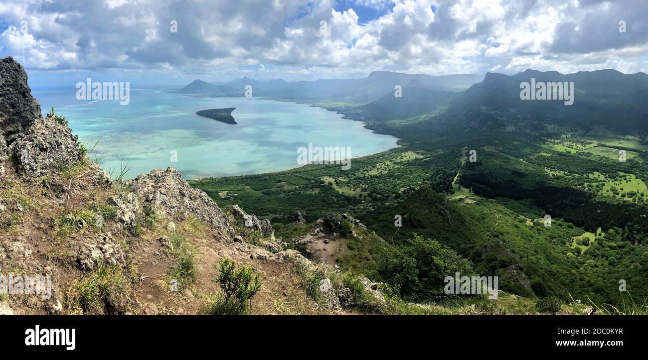 Ile aux benitiers en Isla Mauricio, vista desde la montaña Le Morne Foto de stock