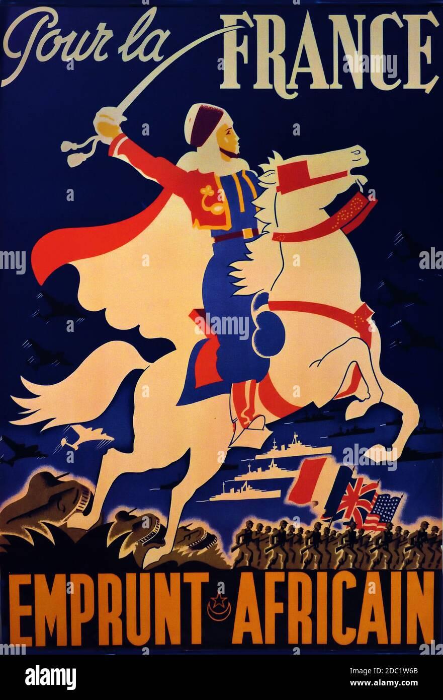 Pour la France emprunt African- for France, préstamos africanos 1943 ( Campaña Francesa en el Norte de África, Francia, soldado francés, del Norte de África en un tradicional garbo a caballo blanco, espada en arboladura, con aviones de combate, buques de guerra, tanques y soldados en el fondo llevando las banderas de Francia) Foto de stock