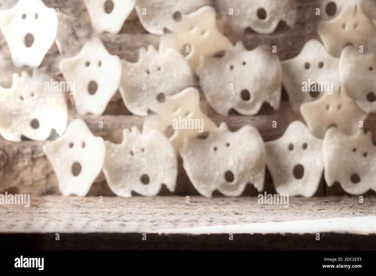 Grupo de varios fantasmas terroríficos, Halloween fondo moderno diseño de madera, octubre horror estilo retro Foto de stock