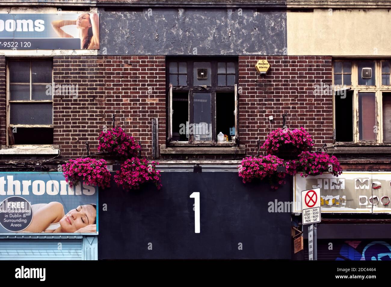 Gigante, audaz, grande, número uno 1, carteles publicitarios en la fachada de un edificio de ladrillo, primer plano. Dublín, República de Irlanda, Europa, Unión Europea, UE Foto de stock