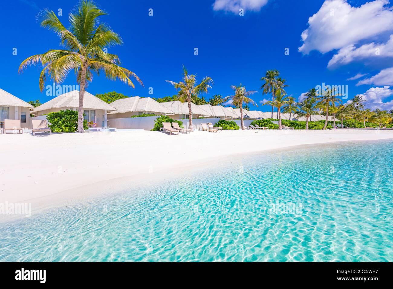Hermoso complejo de lujo Maldivas isla tropical de playa. Increíble paisaje de playa de viajes, villas de playa, palmeras en arena blanca. Exótica vista de verano Foto de stock