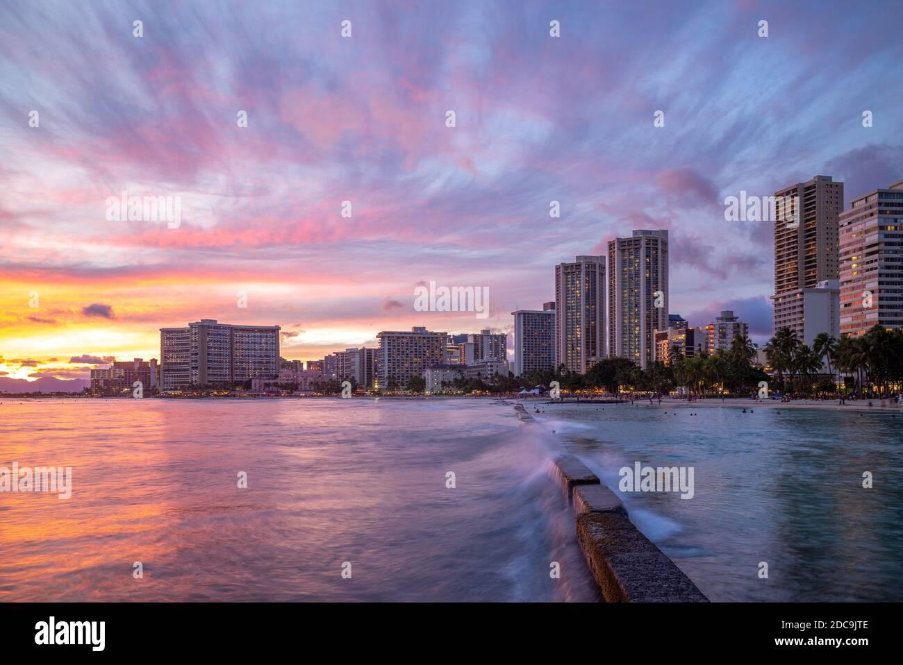 Horizonte de Honolulu en Waikiki Beach, Hawaii, EE.UU. Foto de stock