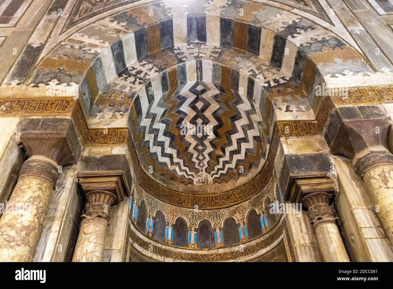 Complejo de Sultán Hasan, el Cairo, Egipto, interior del mausoleo, detalle de mihrab incrustada Foto de stock