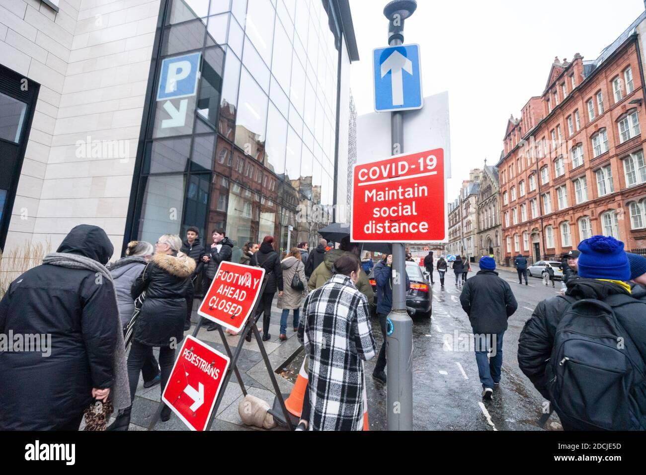 Crosmost St, Liverpool, 21 de noviembre de 2020: Señalización COVID-19 y multitudes de manifestantes marchando contra las restricciones de cierre en el Reino Unido Foto de stock