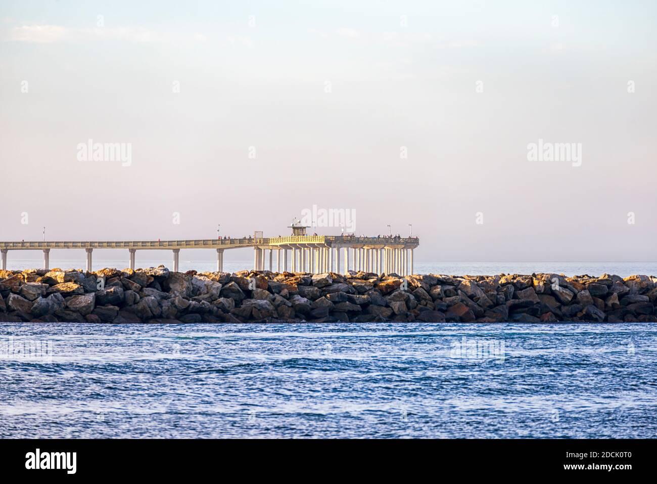 Vista de la costa con el muelle Mission Bay Channel y el muelle Ocean Beach. San Diego, California, Estados Unidos. Foto de stock