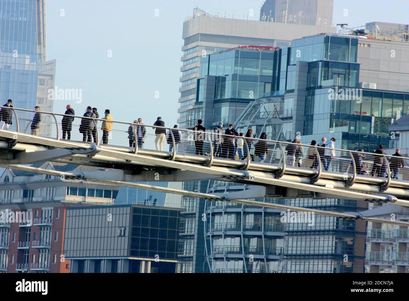 Vista del Puente del Milenio desde la orilla norte del río Támesis, Londres Foto de stock