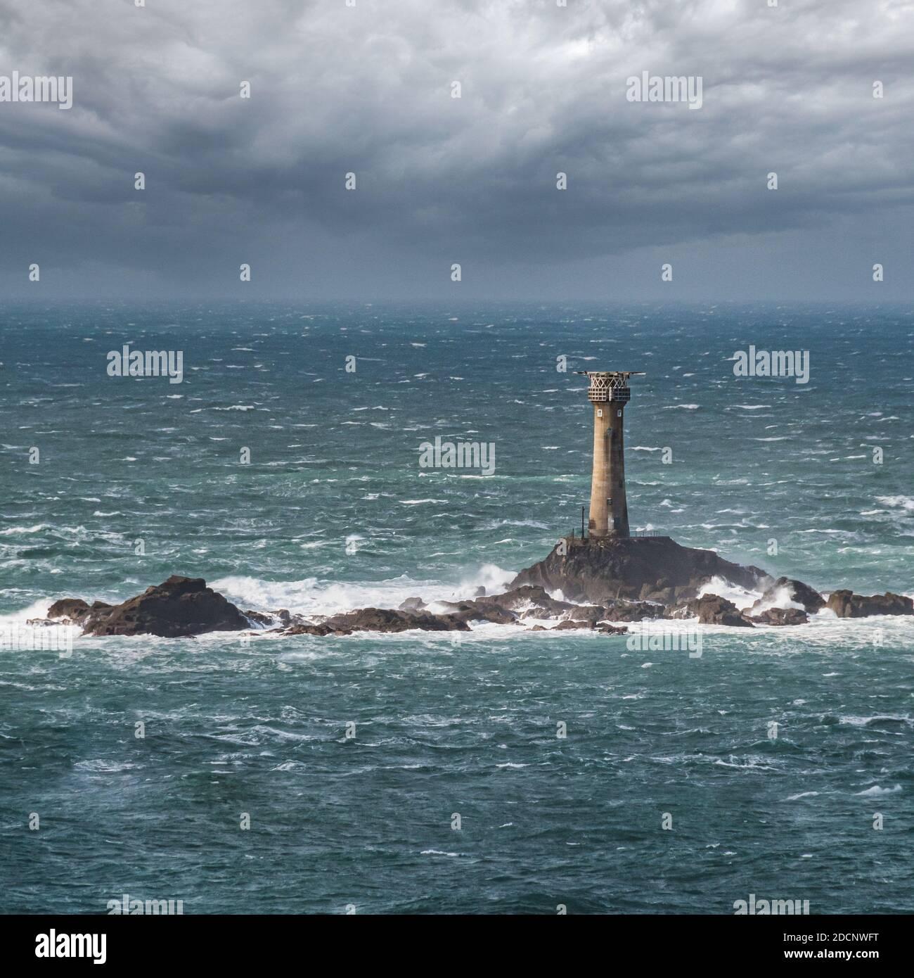 Un tiro panorámico de Lands End Lighthouse en Oct durante los mares ásperos. Foto de stock