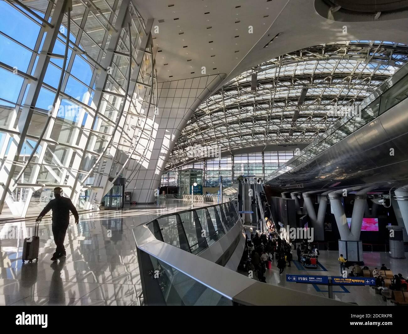 Seúl, Corea del Sur / 13 2019 de enero, Aeropuerto Internacional de Incheon, pasajeros que viajan a través de la terminal del aeropuerto hacia y desde sus vuelos Foto de stock