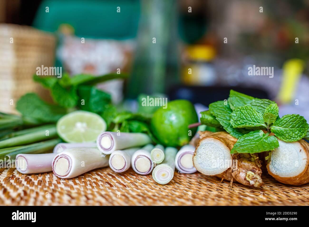 Hierba limón, jengibre, menta y lima. Set de té de hierbas. Con espacio. Enfoque suave. Foto de stock