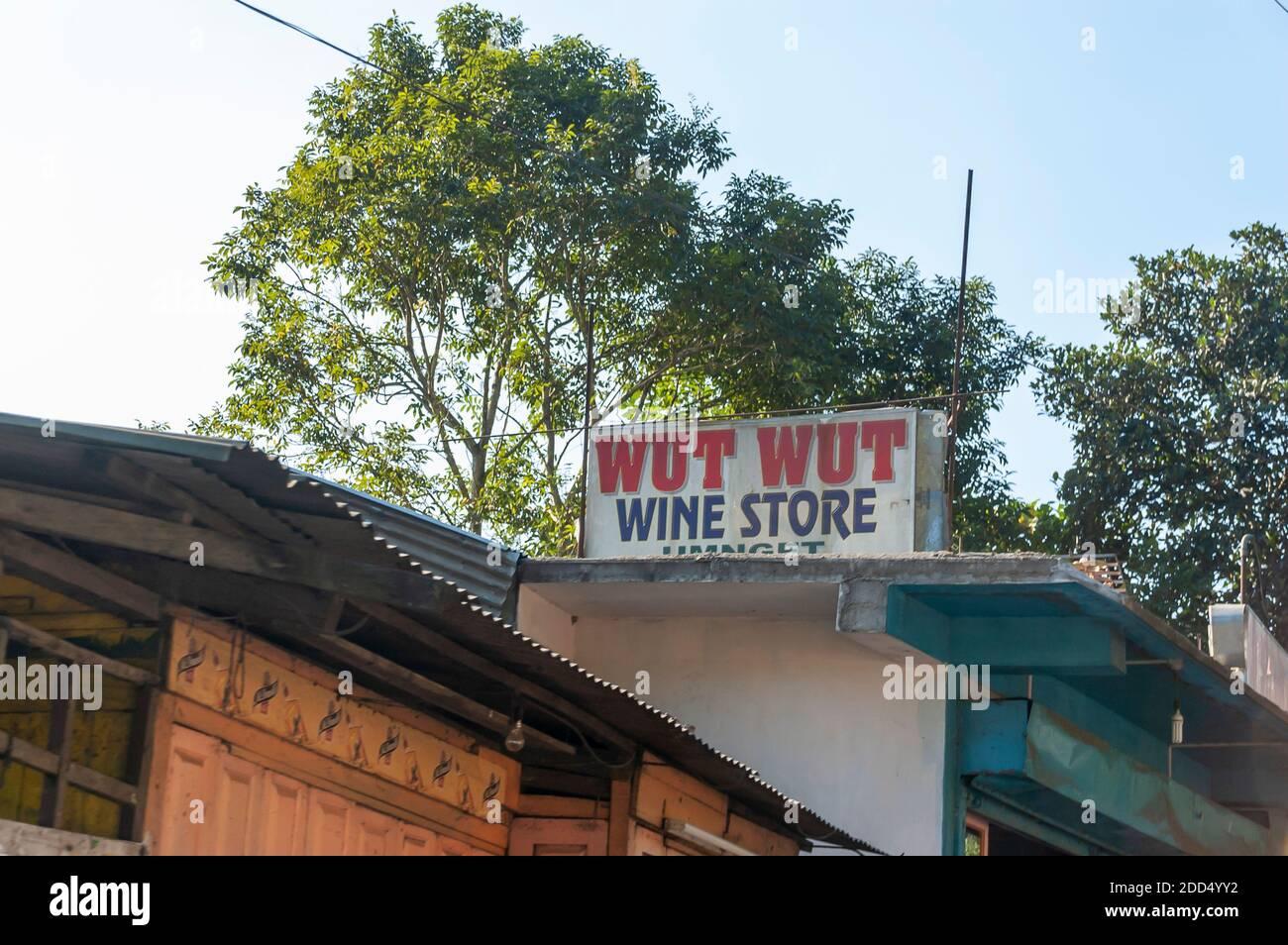 Una tienda de vinos y licores llamada Wut Wut en la carretera Shillong-Guwahati, Meghalaya, India. Foto de stock