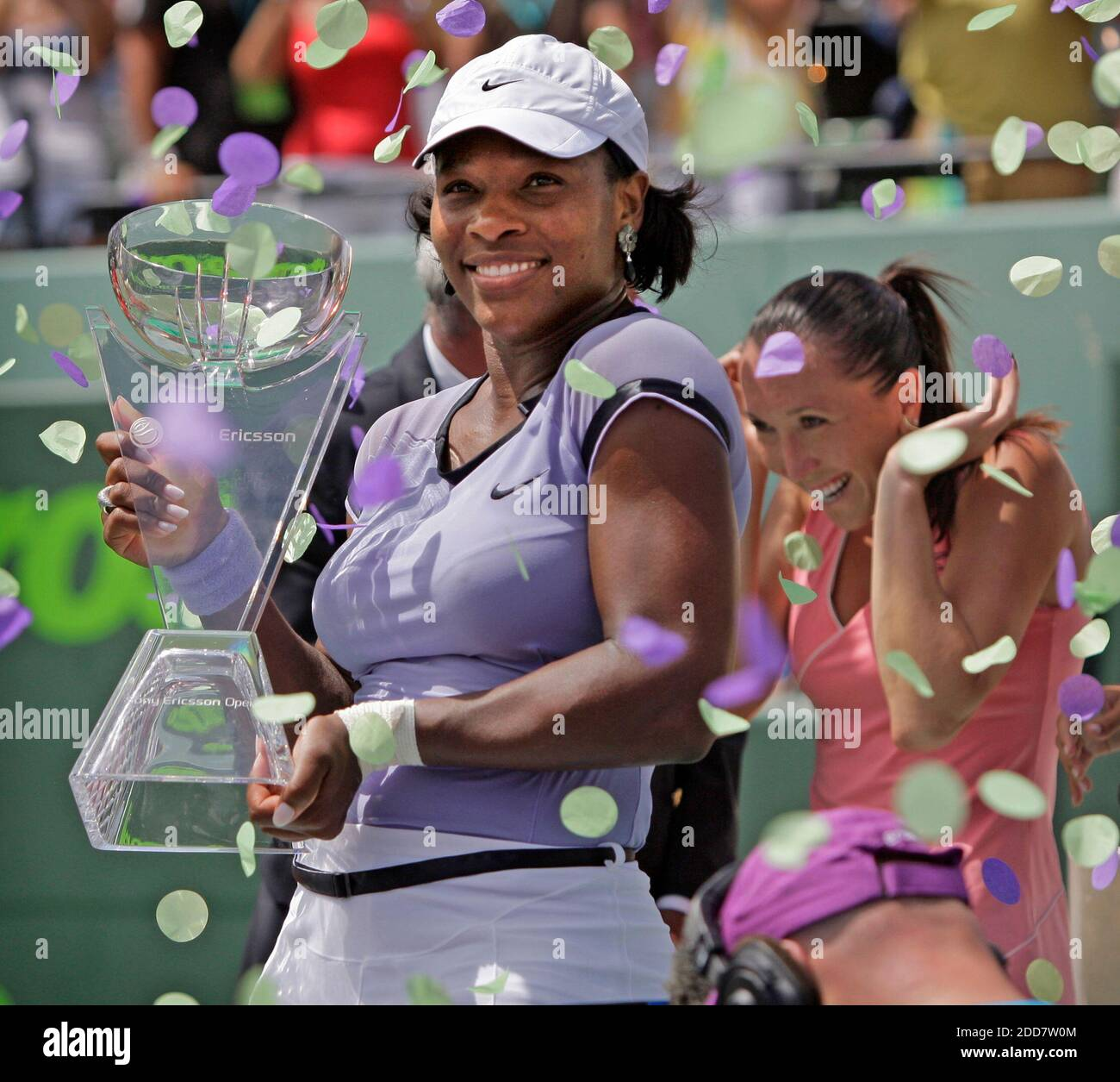 NO HAY PELÍCULA, NO HAY VÍDEO, NO hay televisión, NO HAY DOCUMENTAL - Serena Williams, de los Estados Unidos, tiene su trofeo después de derrotar a Jelena Jankovic, de Serbia, en las finales del Sony Ericsson Open en Key Biscayne, FL, USA el 5 de abril de 2008. Foto de al Diaz/Miami Herald/MCT/Cameleon/ABACAPRESS.COM Foto de stock