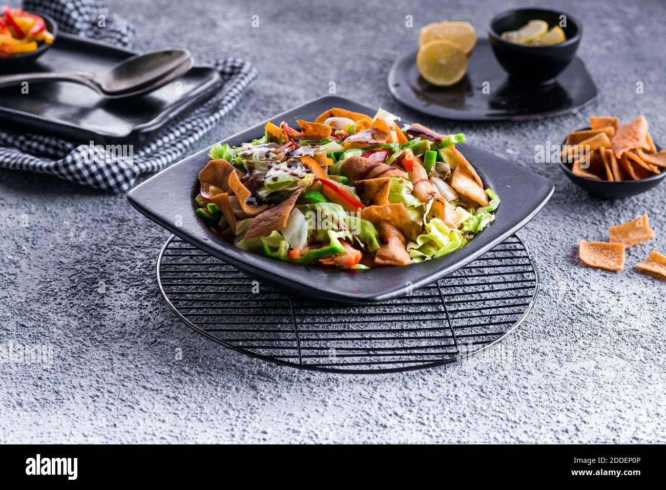 Con ensalada de verduras frescas Foto de stock