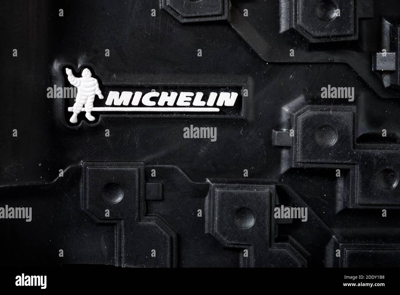 Zaragoza, España - 21 de octubre de 2021: Logotipo de la Marca de neumáticos, conocida como Michelin, en la suela de una bota de montaña. Foto de stock
