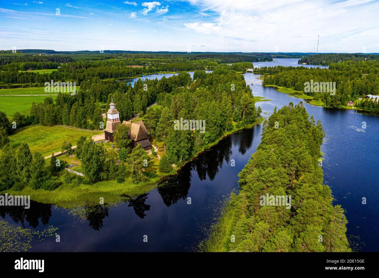 Vista aérea de Petaejeveden (Petajavesi) incluyendo la Iglesia Vieja, Patrimonio de la Humanidad de la UNESCO, Finlandia, Europa Foto de stock