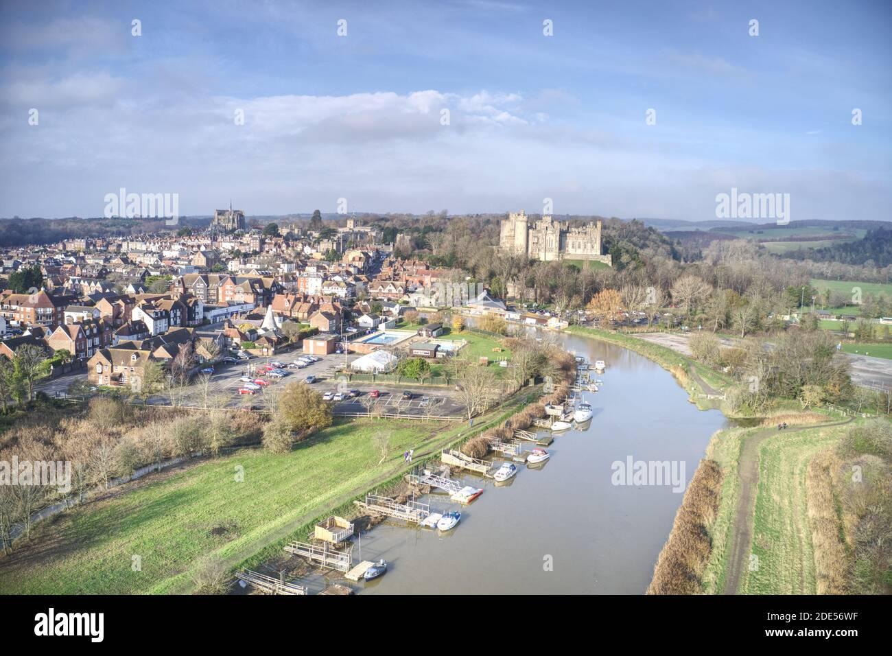 Foto aérea de la histórica ciudad de Arundel con el castillo y la catedral a la vista. Foto de stock