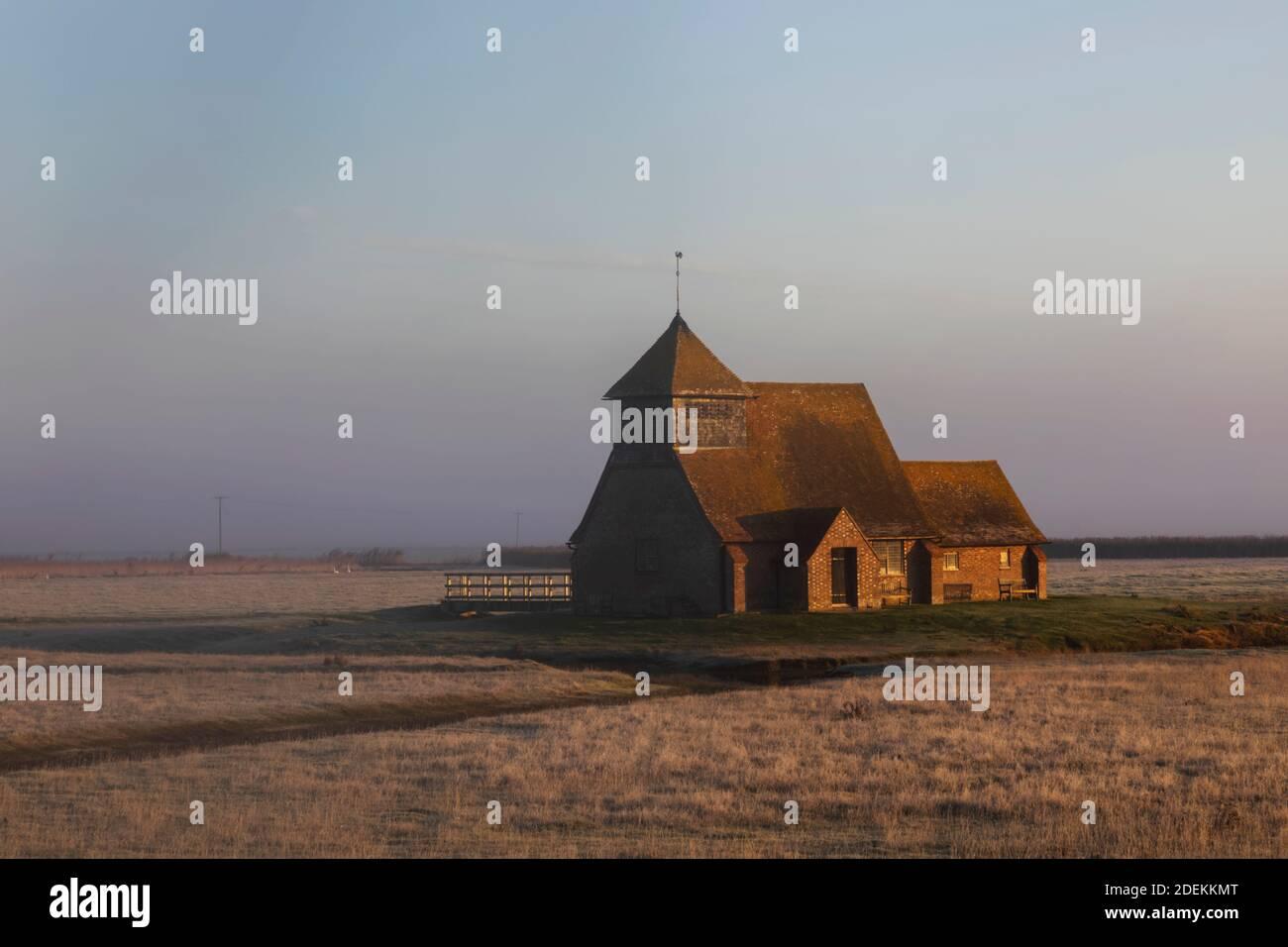 Inglaterra, Kent, Romney Marsh, Fairfield, St. Thomas Becket Church en invierno Foto de stock