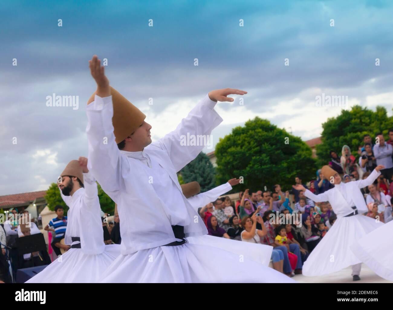 """Konya, Provincia de Konya, Turquía. Derviches giradores. La UNESCO proclamó la """"ceremonia Mevlevi Sema"""" de Turquía (vista aquí) entre las obras maestras de Foto de stock"""