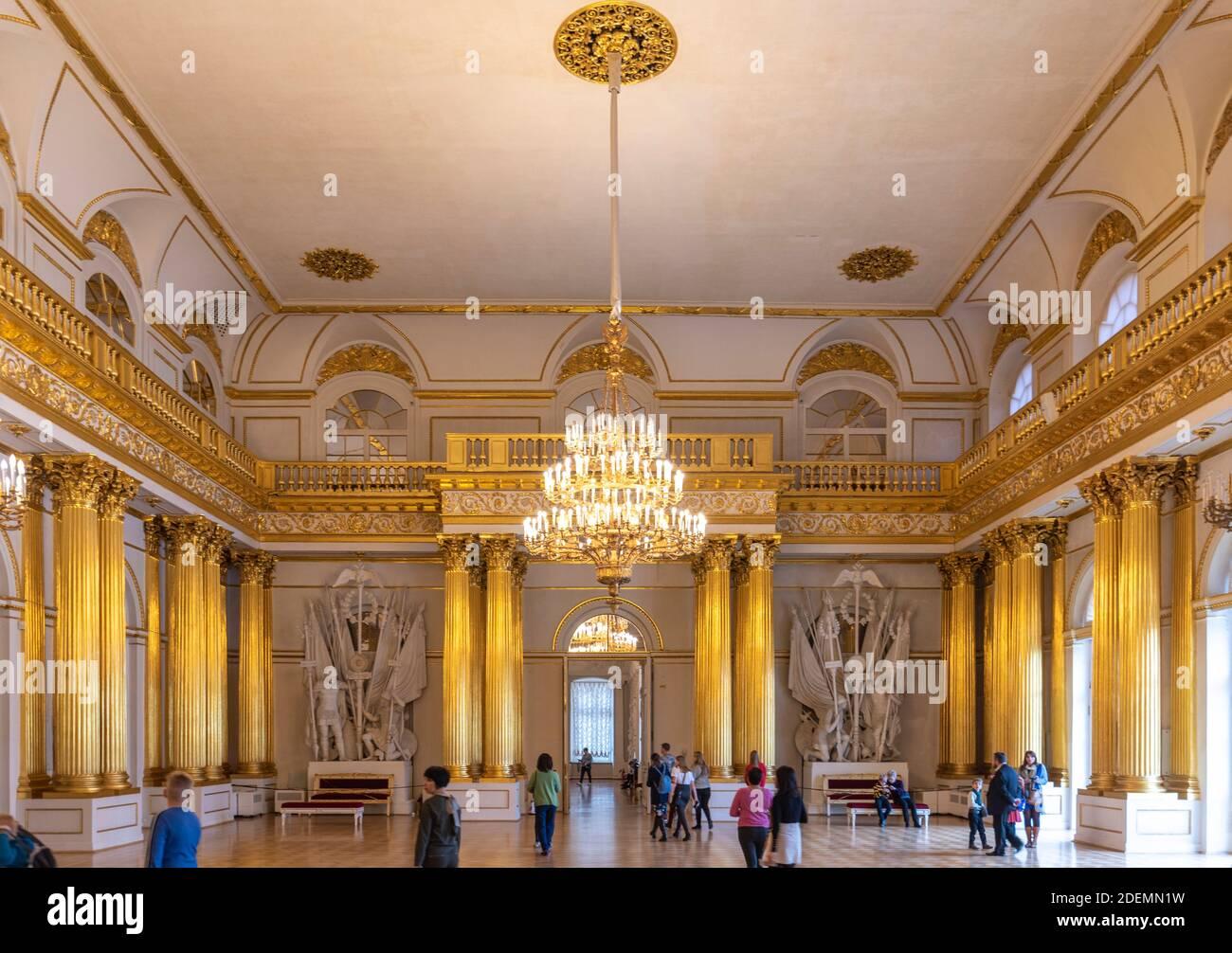 San Petersburgo, Rusia. Interior del museo estatal Hermitage Russian. La habitación, las paredes y el techo son increíbles y están decorados con adornos barrocos Foto de stock