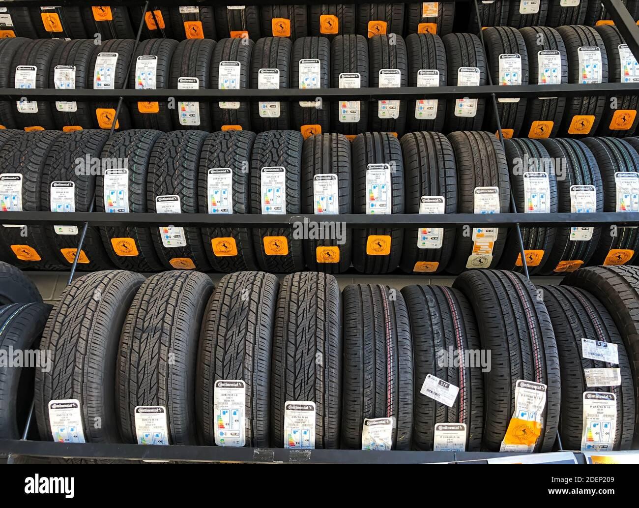 5 de noviembre de 2020. São Paulo, SP, Brasil. Neumáticos de Marca continental en un distribuidor de Marca. Foto de stock