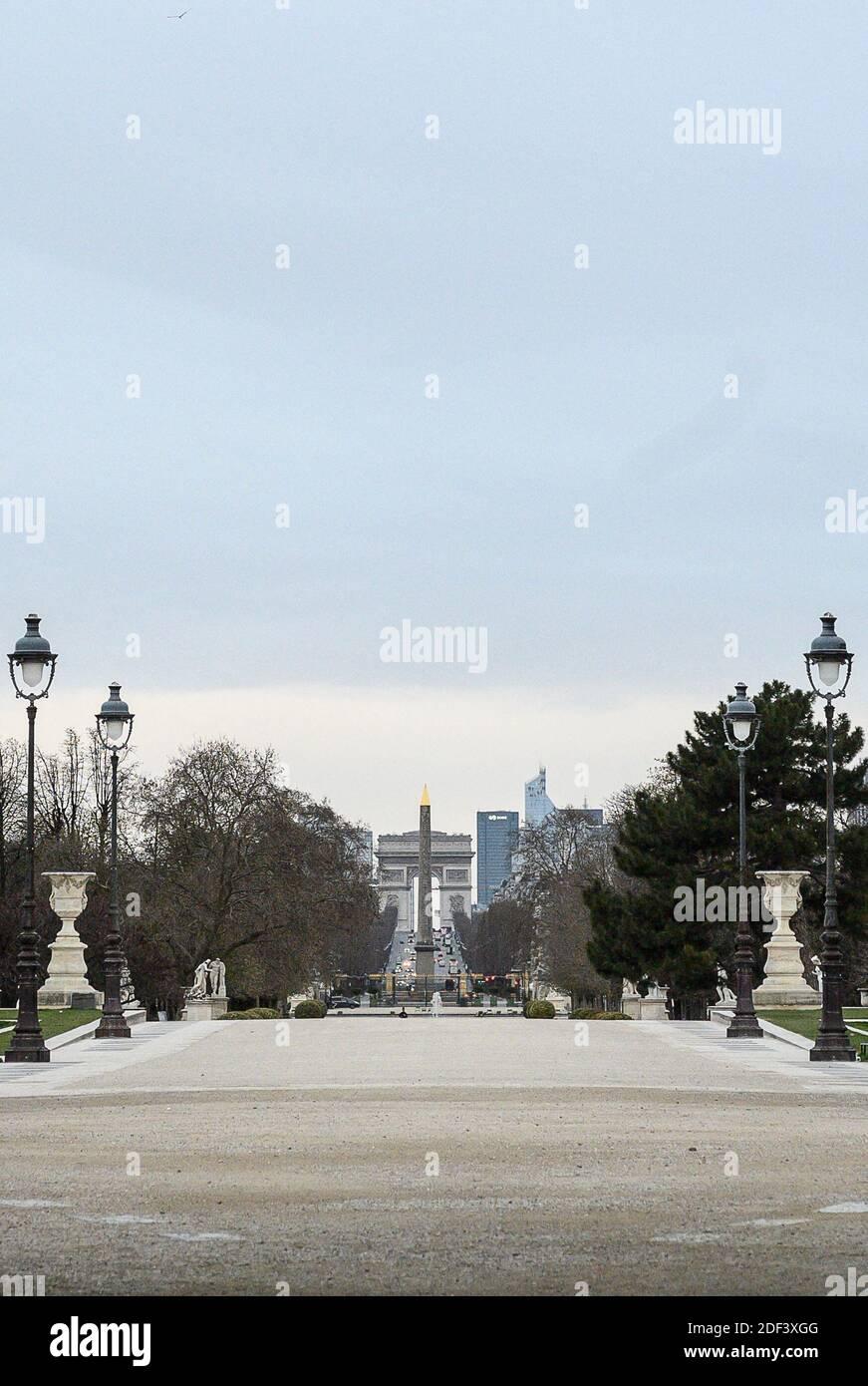 ILUSTRACIÓN: París está vacía. Esta foto fue tomada el 14 de marzo de 2020 y muestra el Jardín de las Tullerías, el obelisco de la Concordia y el Arco del Triunfo sin gente. Foto de Eliot Blondt/ABACAPRESS.COM Foto de stock