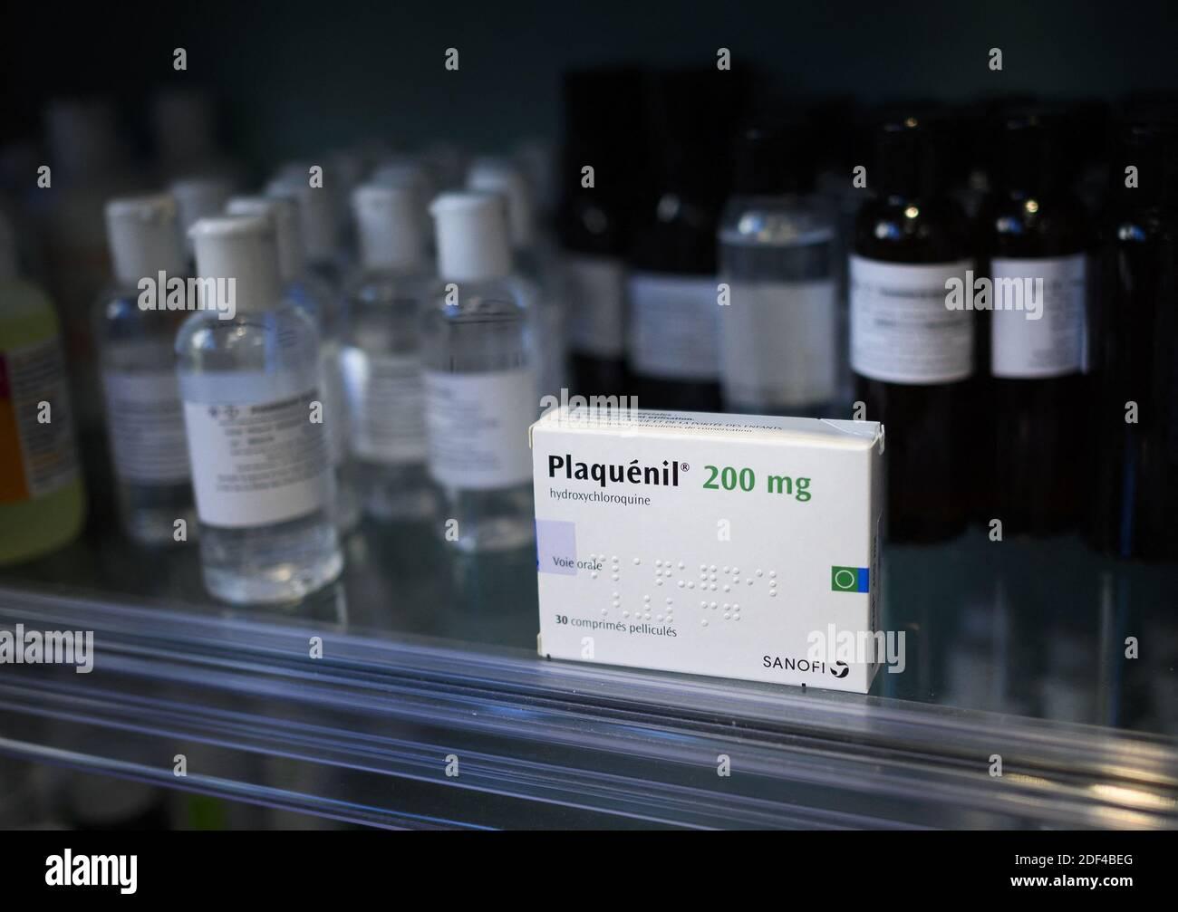 """Una caja de Plaquenil (o cloroquina, hidroxicloroquina) el 30 de marzo de 2020 en París, Francia. La cloroquina es un medicamento antimalaria existente, que se usa tanto para prevenir la enfermedad como para tratarla. Es conocida por la Marca Nivaquine o, para hidroxicloroquina, Plaquenil y es la forma sintética de la quinina. El domingo, el Departamento de Salud y Servicios Humanos de los Estados Unidos (HHS) dijo en una declaración que la cloroquina y la hidroxicloroquina podrían recetarse a adolescentes y adultos con COVID-19 """"según corresponda, cuando un ensayo clínico no está disponible o factible"""", después de que la FDA emitió una autorización de uso de emergencia. Foto de stock"""