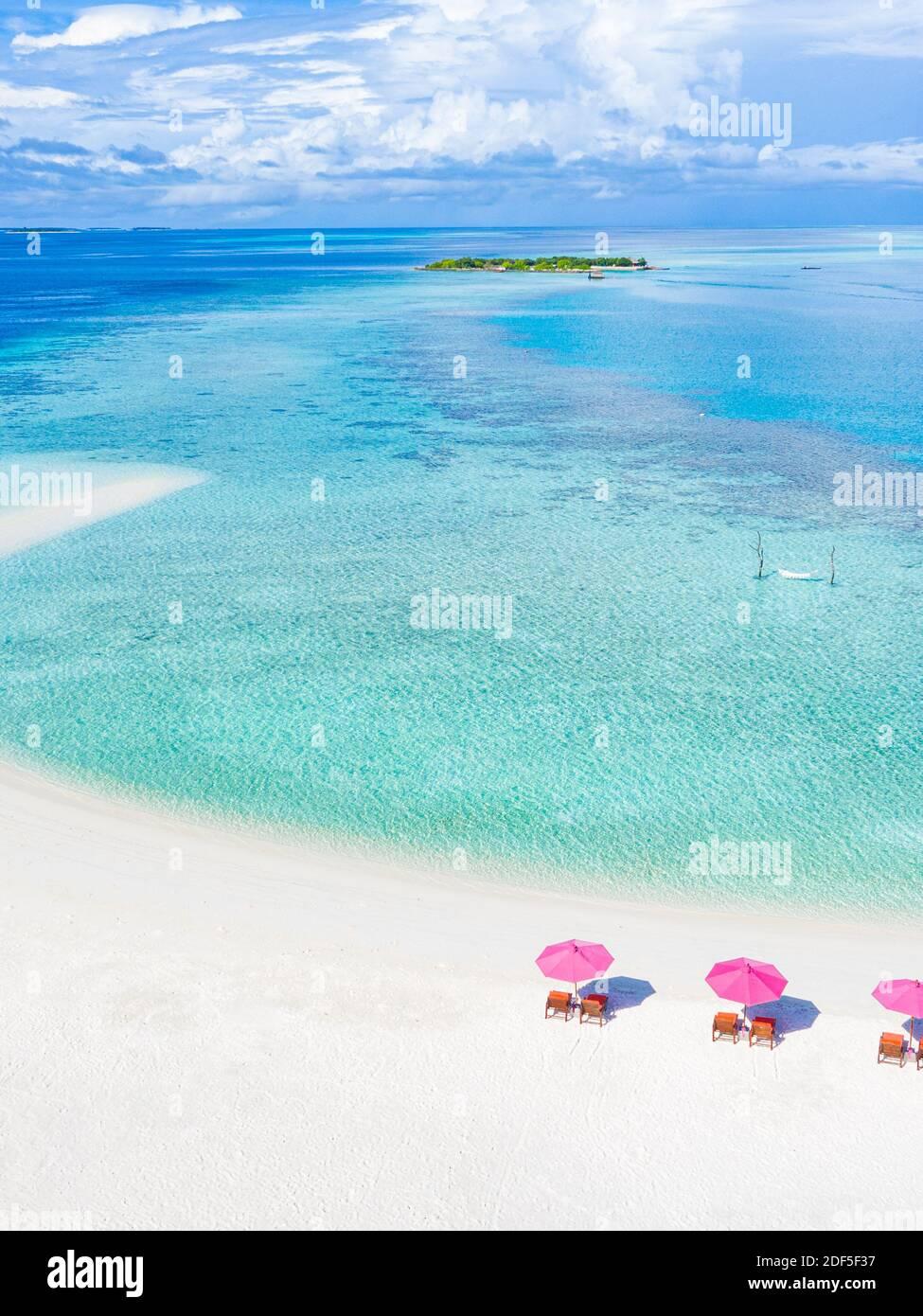 Increíble paisaje aéreo en las islas Maldivas. Vista perfecta del mar azul y del arrecife de coral desde el avión o el avión. Exótica viajes de verano y paisaje de vacaciones Foto de stock