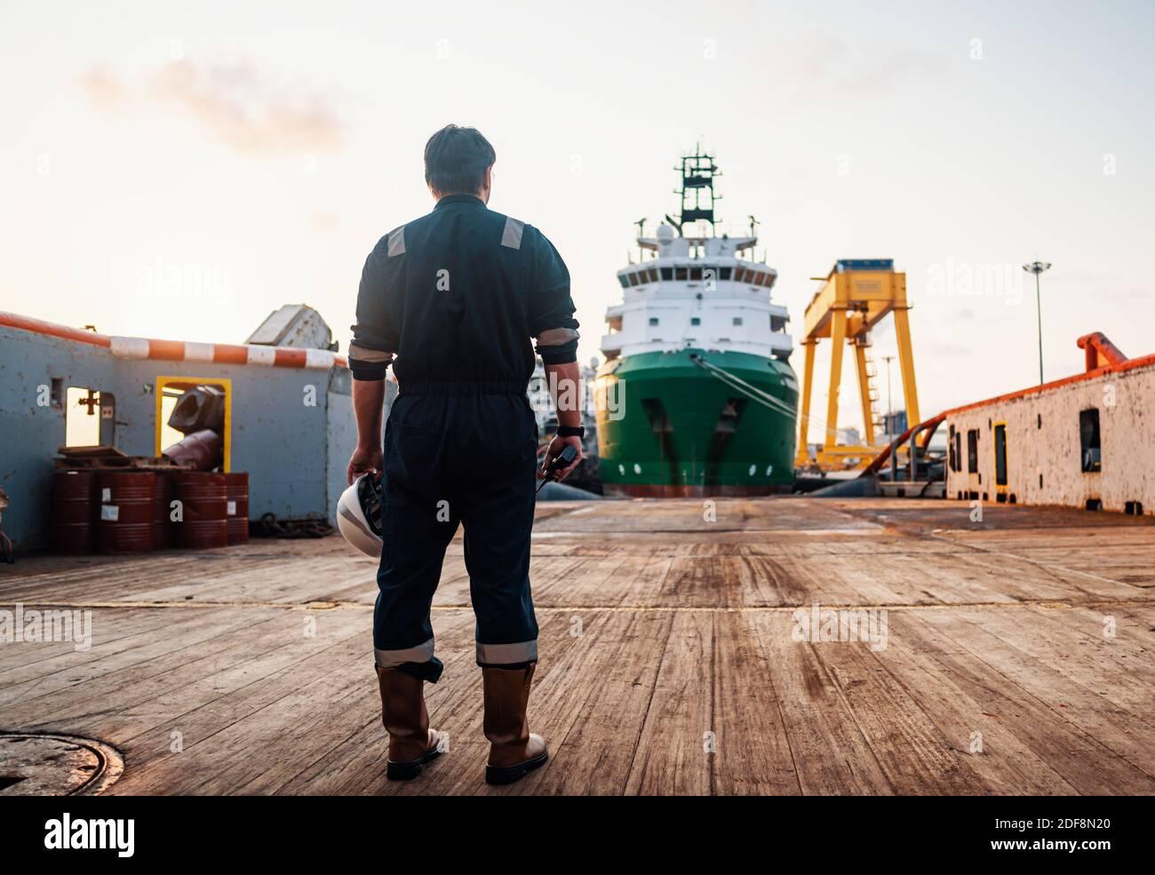 Los oficiales de cubierta marinas o jefe de mate en la cubierta del buque o embarcación offshore Foto de stock