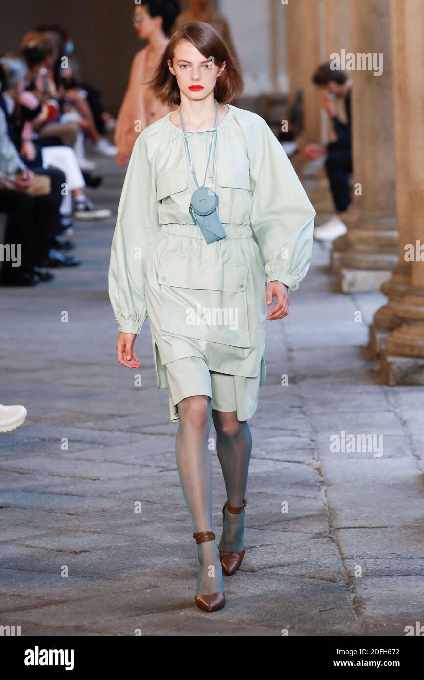 Los modelos caminan por la pista en el show de moda Max Mara durante la Semana de la Moda de las mujeres de Milán en Milán, Italia, el 24 de septiembre de 2020. Foto de Alain Gil-González/ABACAPRESS.COM Foto de stock