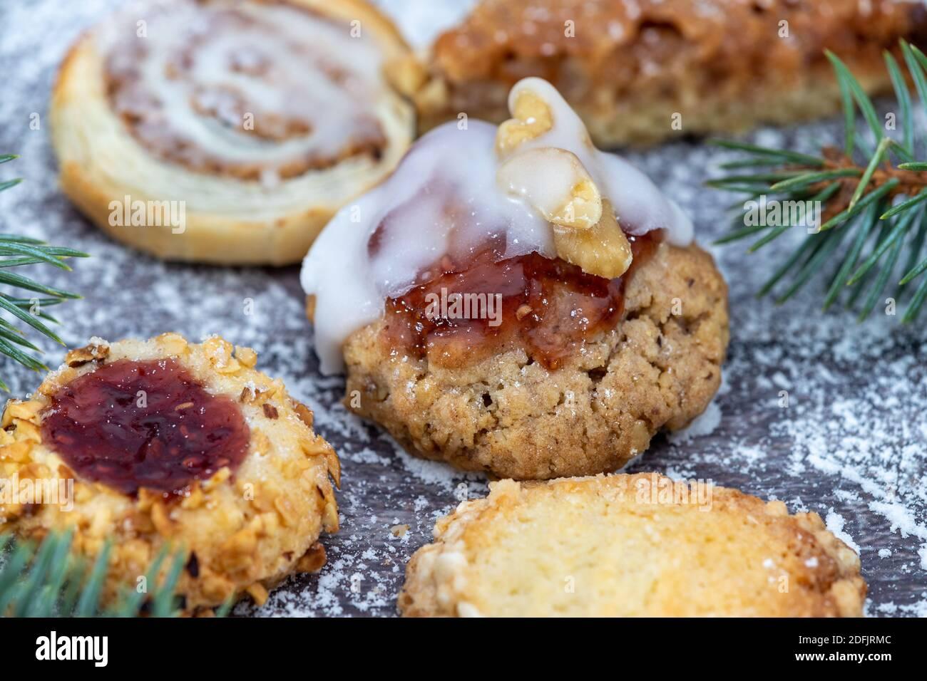 Primer plano de varias galletas de Navidad rodeado de azúcar en polvo y.. ramas de abeto Foto de stock
