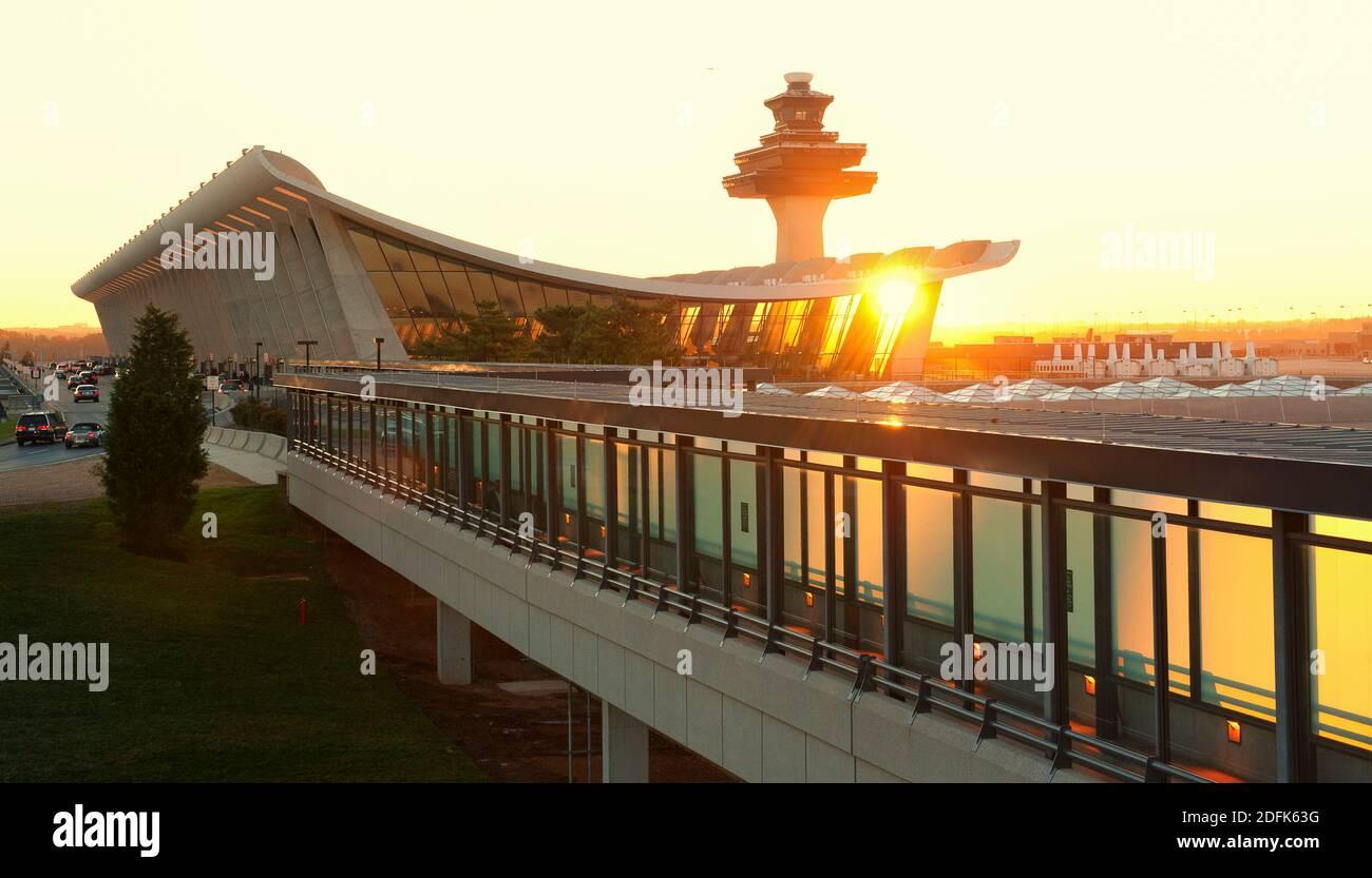 Salida del sol sobre el aeropuerto de Dulles en Dulles, Virginia. Foto de stock