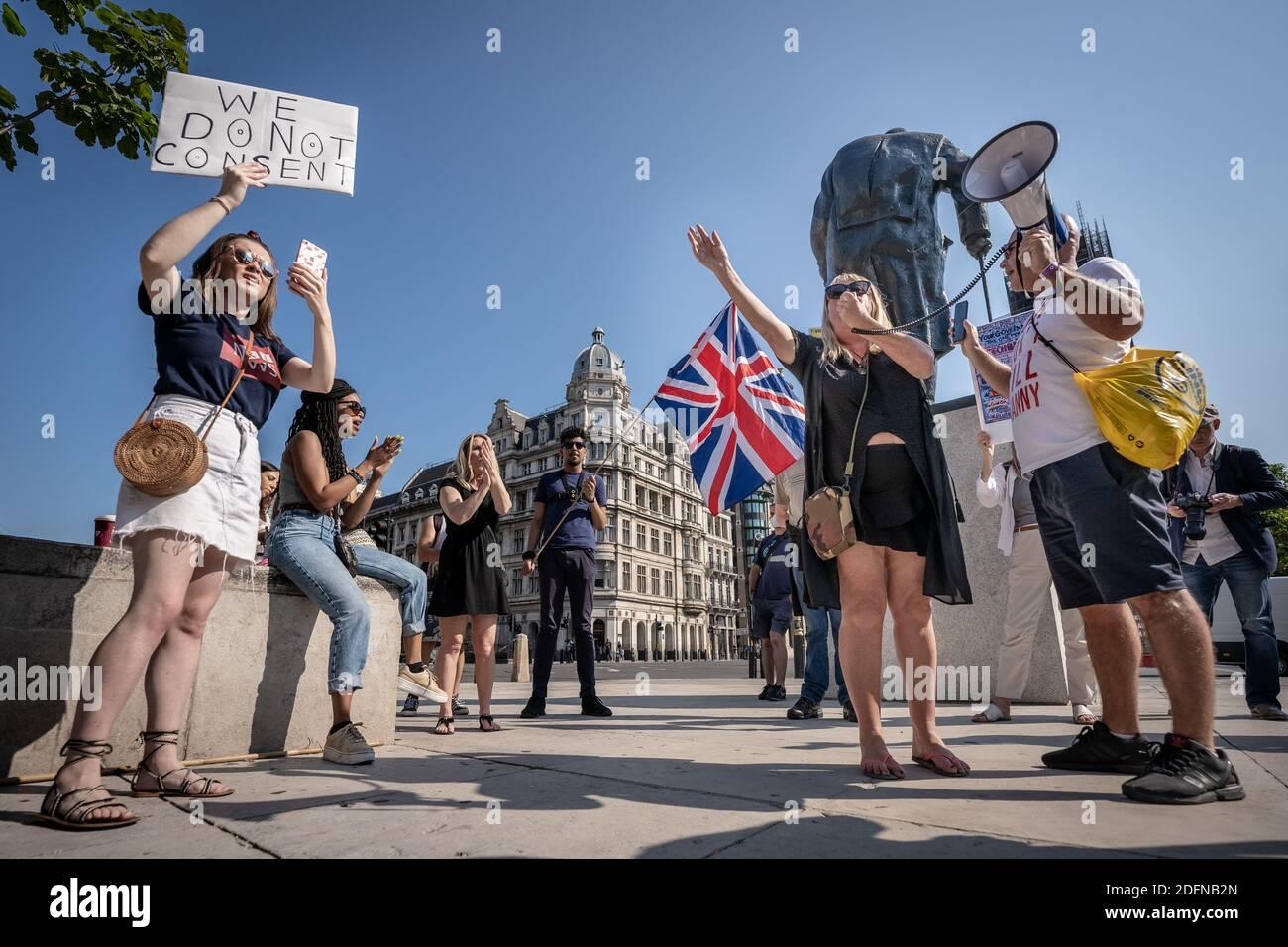 Coronavirus: Protesta contra el bloqueo en la Plaza del Parlamento. Una pequeña reunión de manifestantes anti-encierro del movimiento Stand-Up X se reúnen en la plaza. Foto de stock