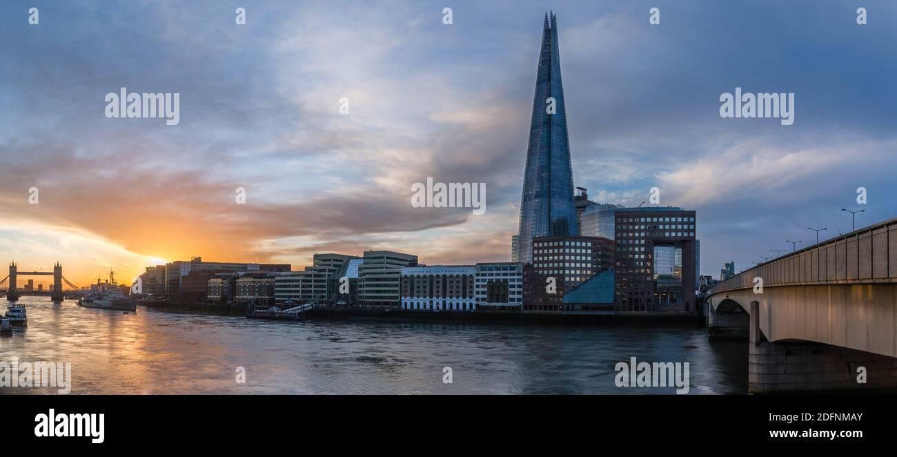 Una vista panorámica del amanecer desde el Puente de Londres hasta el Puente de la Torre en Londres. Foto de stock