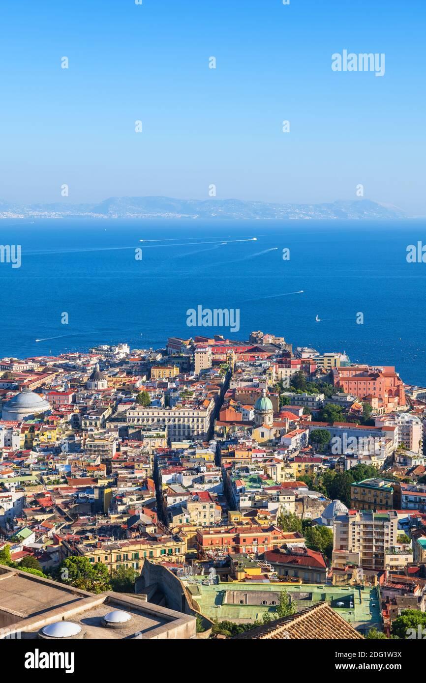 Ciudad de Nápoles en Italia, vista aérea paisaje urbano de Nápoles con bahía de mar. Foto de stock