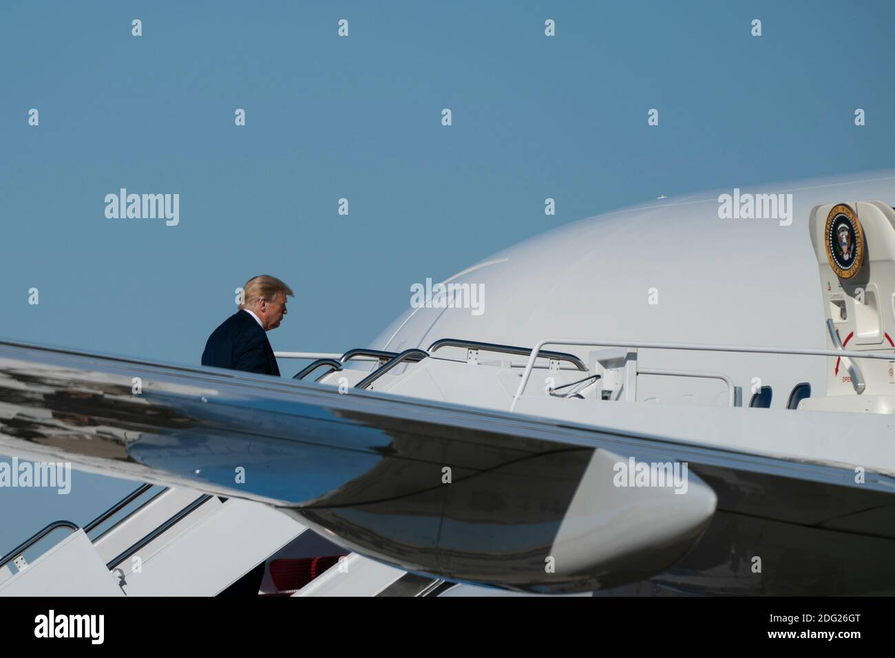 Washington, Distrito de Columbia, Estados Unidos. 30 de enero de 2020. El presidente estadounidense Donald Trump enjunta la Fuerza Aérea uno en la base conjunta Andrews en Maryland, EE.UU., el sábado, 17 de octubre de 2020. Se espera que Trump haga múltiples paradas de campaña en la costa oeste durante los próximos días, descansando durante la noche en las Vegas, Nevada. Crédito: Alex Edelman/ZUMA Wire/Alamy Live News Foto de stock