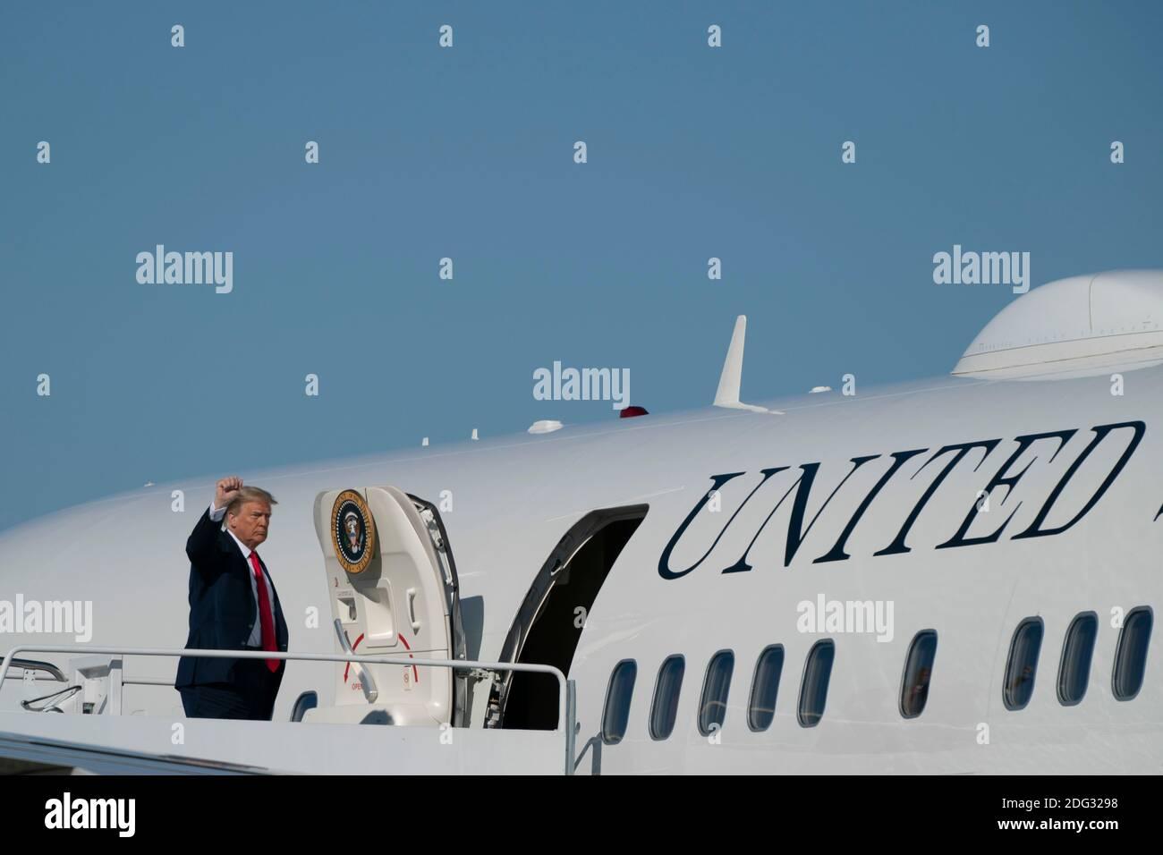 El presidente estadounidense Donald Trump enjunta la Fuerza Aérea uno en la base conjunta Andrews en Maryland, EE.UU., el sábado, 17 de octubre de 2020. Se espera que Trump haga múltiples paradas de campaña en la costa oeste durante los próximos días, descansando durante la noche en las Vegas, Nevada. Crédito: Alex Edelman/The Photo Access Foto de stock