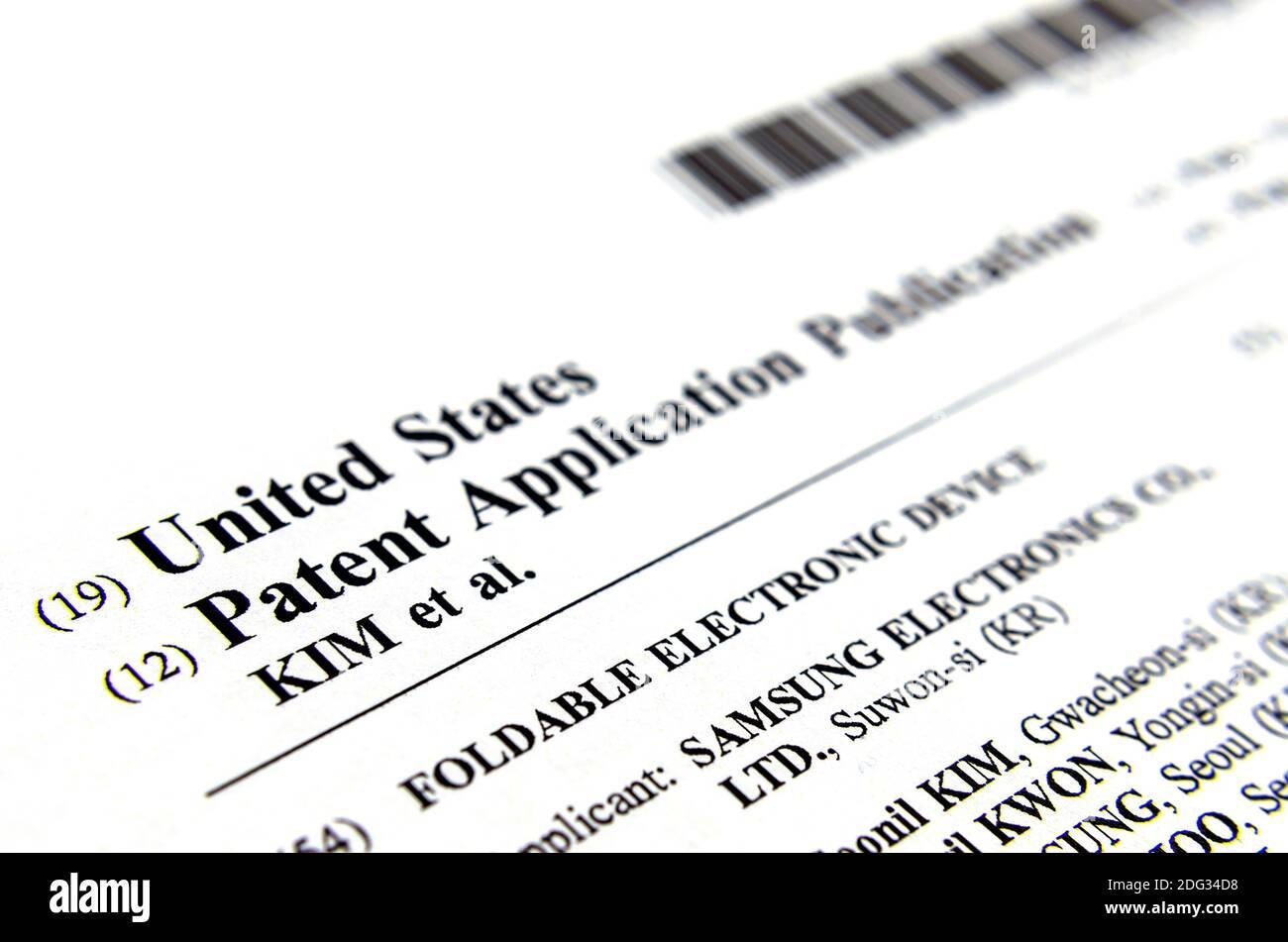 """Stone, Staffordshire Reino Unido - noviembre de 19 2019: Copia auténtica en papel de la patente de los Estados Unidos de la aplicación en la invención llamada """"DISPOSITIVO ELECTRÓNICO PLEGABLE"""" Foto de stock"""