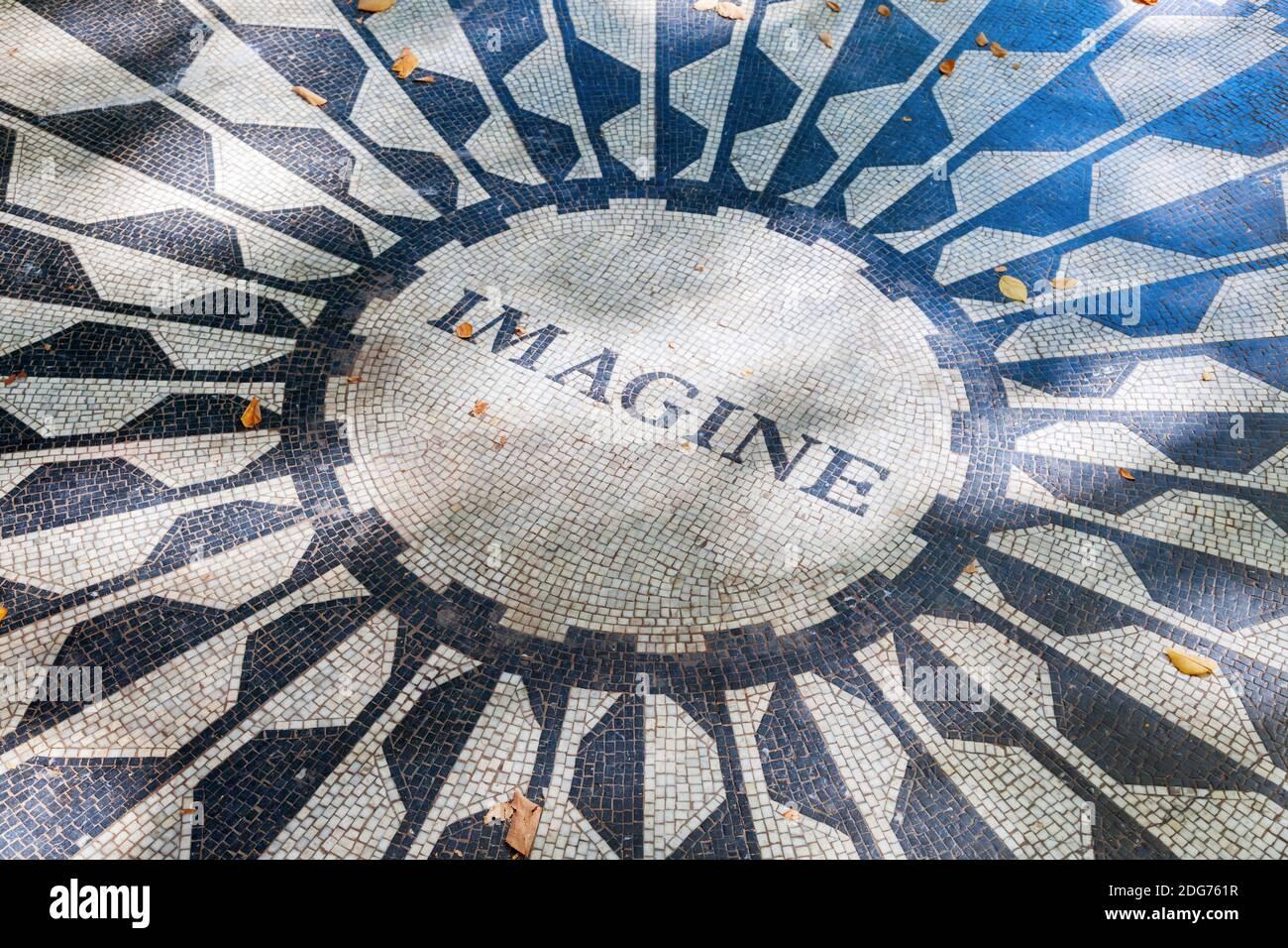 John Lennon - Imagine el mosaico del monumento a Strawberry Fields en Central Park, Nueva York Foto de stock