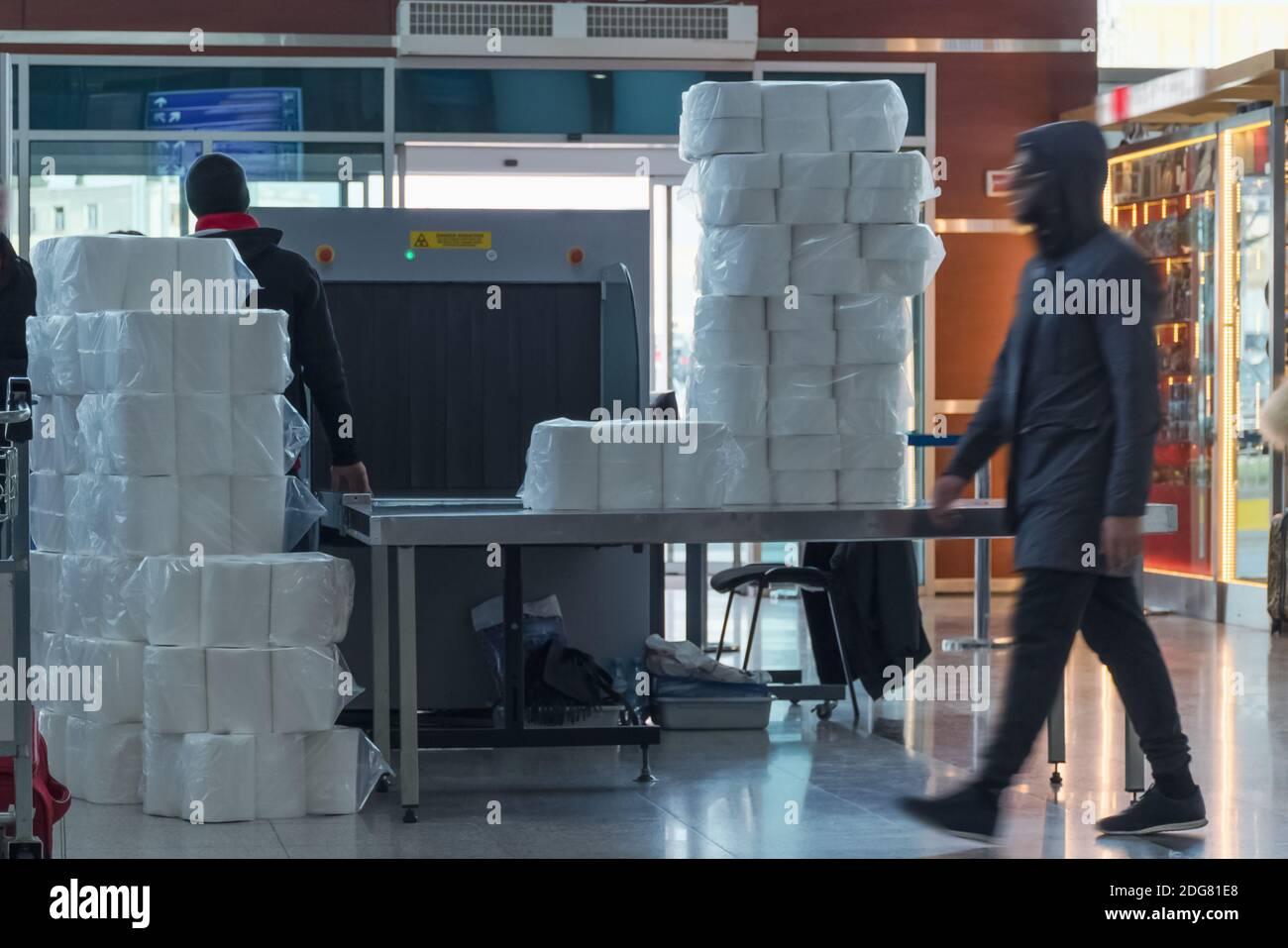 Sistema de rayos X de escáner de seguridad del aeropuerto. Máquina de exploración de punto de control para equipaje y carga. Tbilisi, Georgia Foto de stock