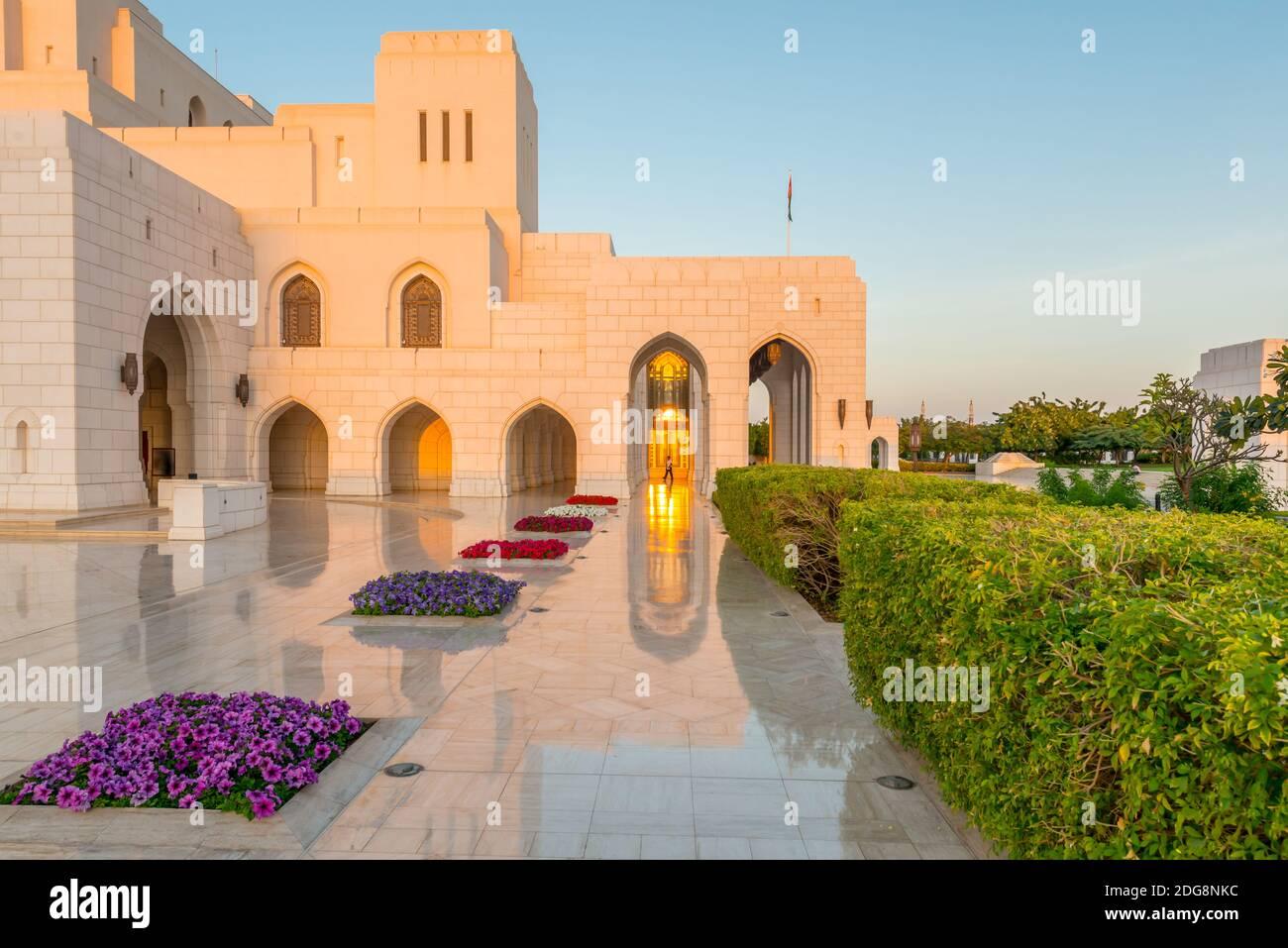 Sol tardío en la Casa Real de la Ópera en Muscat, Sultanato de Omán. Foto de stock