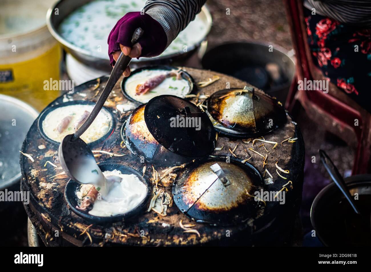 Nha Trang, Vietnam - Banh puede detallar en el mercado de la mañana. Puestos locales de comida fresca cerca de las Torres Po Nagar Cham Foto de stock