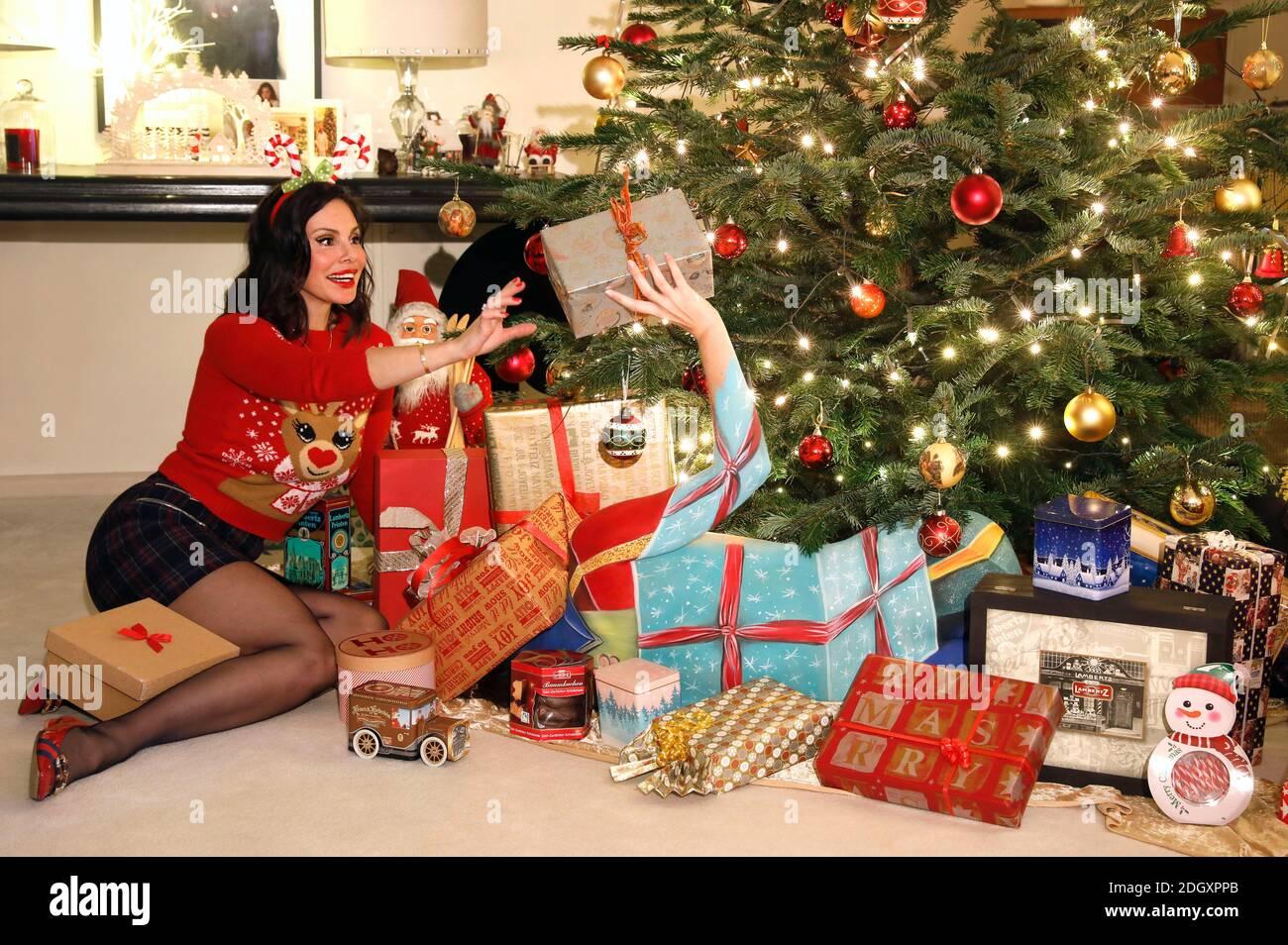 Tiempo de Adviento con Dany Michalski. Fotocomunicación exclusiva con Dany Michalski y modelo Katey como bodypainting paquete de Navidad en Einbeck el 6 de diciembre de 2020 - Bodypainting artista: Jörg Düsterwald Foto de stock