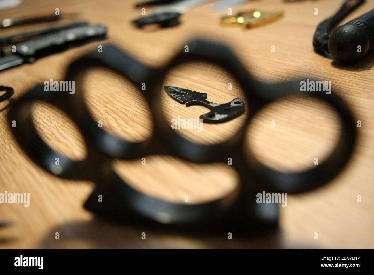Una selección de armas incautadas por la Policía de Northumbria, todas estas armas fueron ordenadas en sitios web y apps, pero interceptadas por la Fuerza Fronteriza del Reino Unido antes de ser enviadas a direcciones en Tyneside, el miércoles 2 de diciembre de 2020. Foto de stock