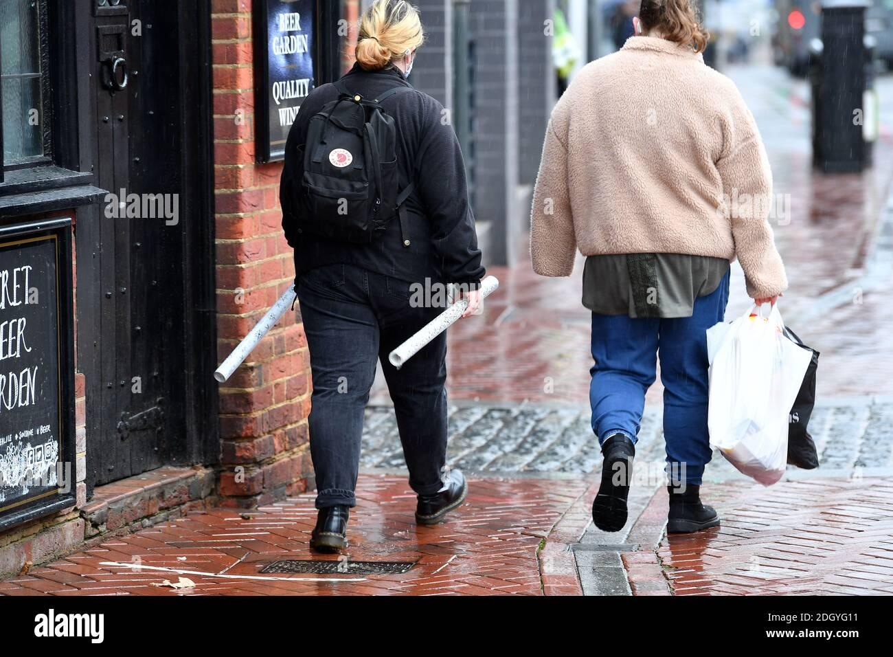 Escenas alrededor de Broad Street, Reading, Berkshire, el día después de Lockdown 2 termina, el jueves 3 de diciembre de 2020. Foto de stock