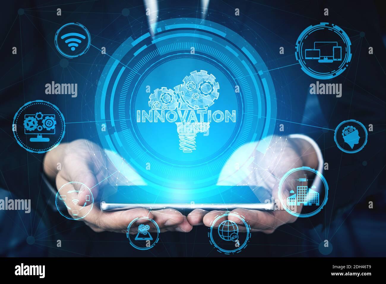 Concepto de Tecnología de Innovación para la financiación de Negocios. Moderna interfaz gráfica que muestra el símbolo de ideas innovadoras de pensamiento, investigación y desarrollo Foto de stock