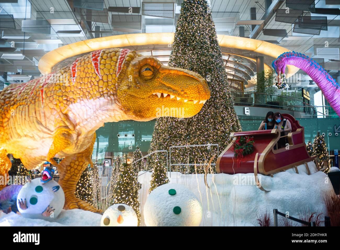08.12.2020, Singapur, República de Singapur, Asia - Dinos, un trineo y árbol de Navidad sirven como decoración de Navidad y el entorno en el aeropuerto de Changi. Foto de stock
